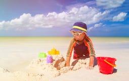 Chłopiec budynku sandcastle na tropikalnej plaży Obraz Stock