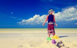 Chłopiec budynku sandcastle na tropikalnej plaży Obrazy Royalty Free