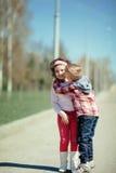 Chłopiec buziaka dziewczyna na ulicie zdjęcie royalty free