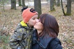 chłopiec całowanie jego matka Obrazy Royalty Free