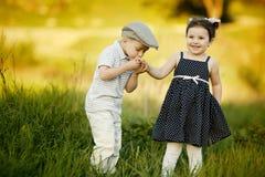 Chłopiec całuje dziewczyny zdjęcie royalty free