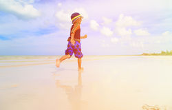 Chłopiec chełbotania woda na tropikalnej plaży Zdjęcia Royalty Free