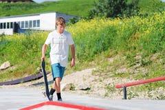 Chłopiec chodzi wzdłuż łyżwowego parka Obraz Stock