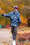 Chłopiec chodzi wzdłuż białej granicy w jesień parku obraz royalty free
