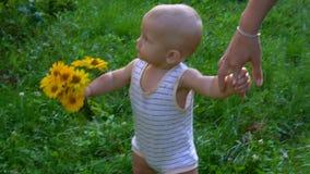 Chłopiec chodzi z kwiatami zbiory wideo