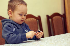 chłopiec ciekawy dopasowań bawić się Obraz Stock