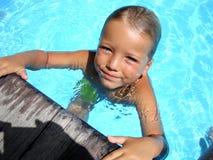 Chłopiec cieszy się jego pływanie obraz royalty free