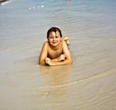 Chłopiec cieszy się jego wakacje przy plażą obrazy royalty free