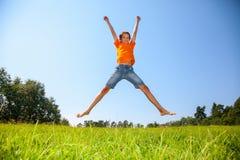 Chłopiec cieszy się lato outdoors Zdjęcie Royalty Free