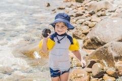 Chłopiec cieszy się tropikalnego morze i plażę Obraz Royalty Free