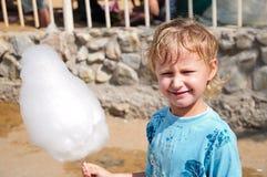 chłopiec cukierku bawełny enjoyong Zdjęcia Stock