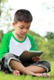 chłopiec cyfrowy pastylki używać fotografia royalty free