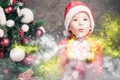 Chłopiec czarodziejska podmuchowa czarodziejska magiczna błyskotliwość, stardust przy bożymi narodzeniami Obrazy Stock