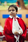 Chłopiec czekanie dla Bożenarodzeniowych teraźniejszość Zdjęcia Stock