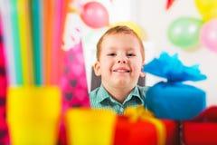 Chłopiec czekanie dla przyjaciół przychodzić przyjęcie urodzinowe Fotografia Stock