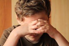 Chłopiec czuć smutny, zaakcentowany i osamotniony, obraz royalty free