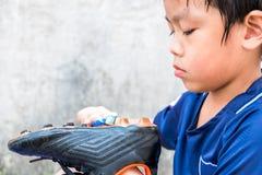 Chłopiec czyści jego stadniny po dopasowania Rozumie to i Obraz Stock