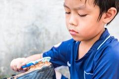 Chłopiec czyści jego stadniny po dopasowania Rozumie to i Zdjęcie Royalty Free