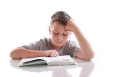 Chłopiec czyta książkę Fotografia Royalty Free