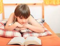 Chłopiec czyta książkę Zdjęcia Royalty Free