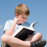 chłopiec czyta książki Zdjęcie Royalty Free