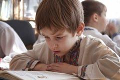 Chłopiec czyta podręcznika Obrazy Stock