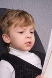 chłopiec czytanie Obrazy Royalty Free