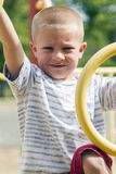 Chłopiec dżungli Wspinaczkowy Up Gym Na Playscape Zdjęcia Stock
