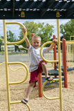 Chłopiec dżungli Wspinaczkowy Up Gym Na Playscape obraz royalty free