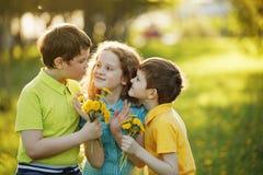 Chłopiec dają jego dziewczyna przyjacielowi bouqet żółci dandelions, sp zdjęcie royalty free