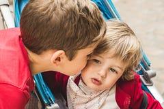 Chłopiec daje buziakowi dziewczyna troszkę obrazy royalty free
