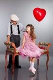 Chłopiec daje czerwonemu balonowi dziewczyna Obrazy Royalty Free