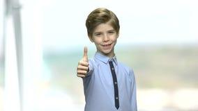 Chłopiec daje kciukowi w górę znaka zbiory wideo