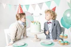 Chłopiec dmucha świeczki na torcie obrazy royalty free
