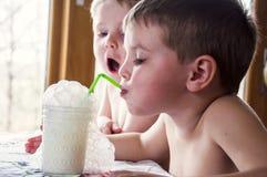 chłopiec dmucha mleko bąble Zdjęcia Royalty Free