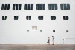 chłopiec doku dziewczyny liniowiec blisko pasażera Zdjęcie Stock