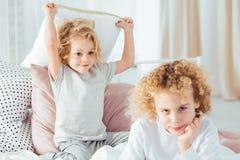 Chłopiec dokucza jego starego brata zdjęcie royalty free