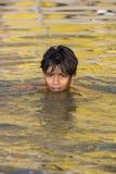 Chłopiec dopłynięcie w Świętym Rzecznym Ganges - India. zdjęcia stock