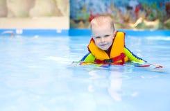 Chłopiec dopłynięcie w basenie Fotografia Royalty Free