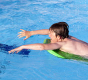 Chłopiec dopłynięcie w basenie zdjęcia royalty free