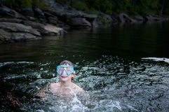 Chłopiec dopłynięcie w jeziornym późnym popołudniu Obrazy Royalty Free