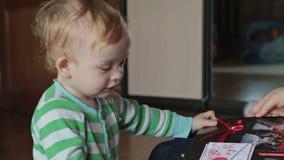 Chłopiec dopatrywania album fotograficzny zdjęcie wideo