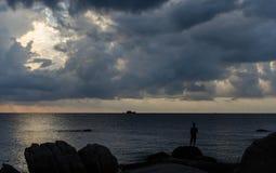 Chłopiec dopatrywania burzy przybycie wewnątrz Obraz Royalty Free