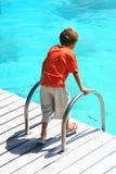 Chłopiec dopatrywania morze zdjęcie royalty free