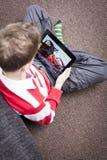 Chłopiec dopatrywania samochodów film na pastylka komputerze osobistym obrazy stock