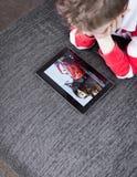 Chłopiec dopatrywania samochodów film na pastylka komputerze osobistym zdjęcia royalty free