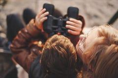Chłopiec dopatrywanie w distantance lornetkami z macierzystym odgórnym widokiem fotografia stock