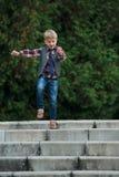 Chłopiec doskakiwanie na schodkach fotografia royalty free