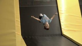 Chłopiec doskakiwanie na trampoline zbiory