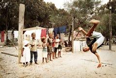 Chłopiec doskakiwanie, robi saltu w społeczności miejskiej, Południowa Afryka Zdjęcia Royalty Free